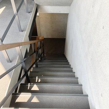 お部屋まで階段を登りましょう。
