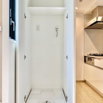 1階に戻って、洗濯機はキッチン横です。