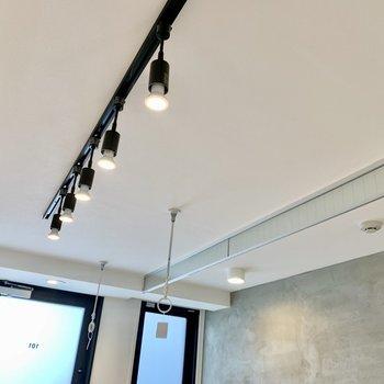 お部屋の照明はスポットライト。物干し竿受けもありますね。