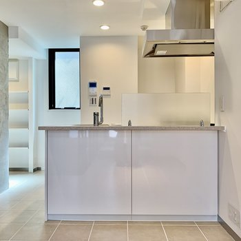 キッチンは白×ステンレス。
