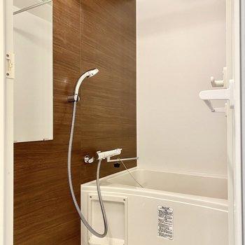 ゆったりとした浴室。乾燥機付きですよ。※写真は4階の同間取り別部屋のものです