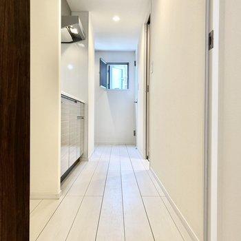 長めの廊下から各設備につながっています。突き当たりに小窓がありますよ。※写真は4階の同間取り別部屋のものです