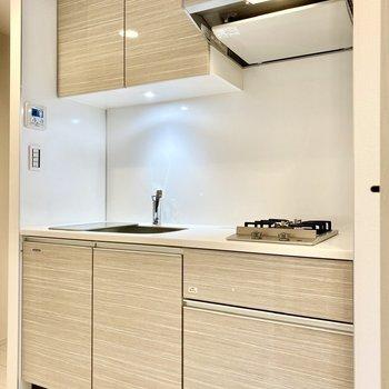 乳白色の上品なキッチン。※写真は4階の同間取り別部屋のものです