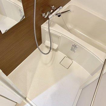 浴槽は深め。肩までしっかり浸かりましょう。※写真は4階の同間取り別部屋のものです