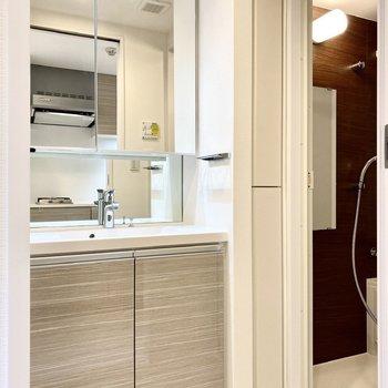 鏡の大きな洗面台が魅力的。右側には収納スペースもあります。※写真は4階の同間取り別部屋のものです