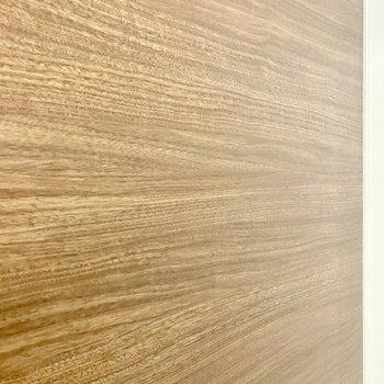 浴室の壁材。細やかな木目が美しいですね。※写真は4階の同間取り別部屋のものです