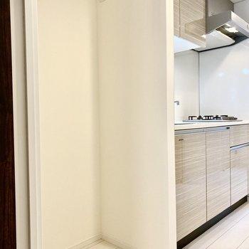 左側に冷蔵庫が置けますよ。※写真は4階の同間取り別部屋のものです