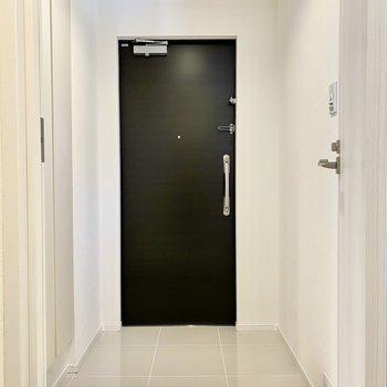 玄関。空間の余白に味を感じます。※写真は4階の同間取り別部屋のものです