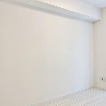 こちらにベッドが置けそうですよ。※写真は4階の同間取り別部屋のものです