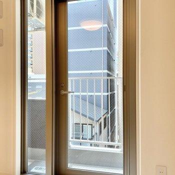 バルコニーとはガラスドアでつながっています。※写真は4階の同間取り別部屋のものです