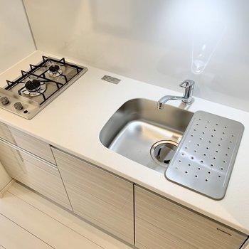 2口コンロで料理の幅が広がります、シンクボードも便利ですね。※写真は4階の同間取り別部屋のものです