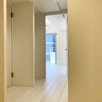 玄関から居間へ通じる廊下です。※写真は4階の同間取り別部屋のものです
