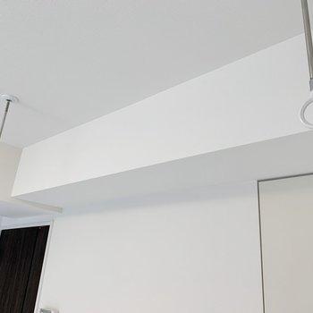 室内物干し受けが付いています、雨の日でも干せますね。※写真は4階の同間取り別部屋のものです