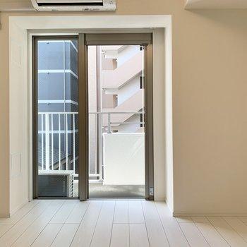 白色を基調とした綺麗なお部屋です。※写真は4階の同間取り別部屋のものです