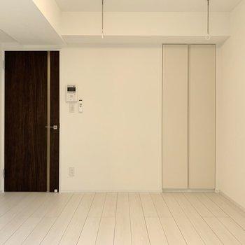 ダークブラウンのドアがお部屋のワンポイント。※写真は4階の同間取り別部屋のものです