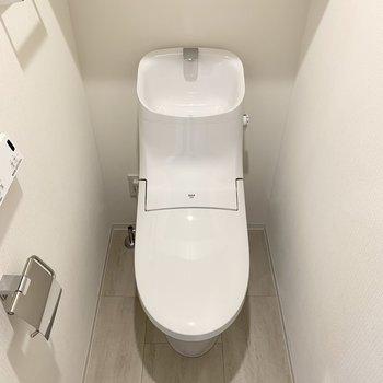 温水洗浄便座付きの個室トイレになります。※写真は4階の同間取り別部屋のものです