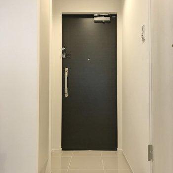 玄関は白いタイルでカッコよく。