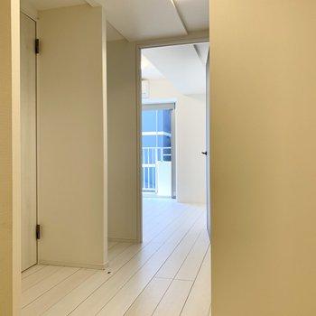 玄関から居間へ通じる廊下です。※写真は前回募集時のものです