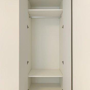 ハンガーパイプ付き、丈の長いコート類も掛けれます。※写真は4階の同間取り別部屋のものです