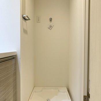 洗面台の横に洗濯機置き場があります。※写真は4階の同間取り別部屋のものです