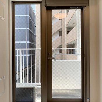開き戸式の窓です。※写真は4階の同間取り別部屋のものです