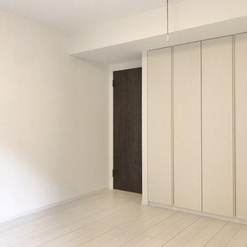 モノトーンもナチュラルのインテリアも似合いそう。※写真は1階の同間取り別部屋のものです