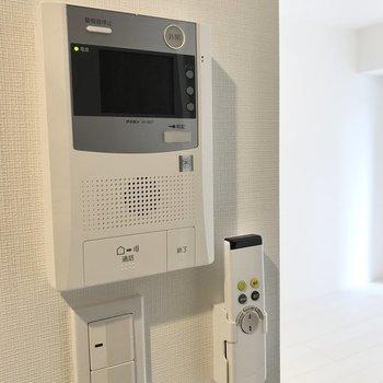 オートロックの解錠はこちらのドアホンで。※写真は1階の同間取り別部屋のものです