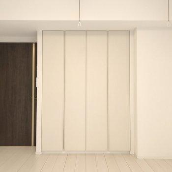白でまとまった内装とブラウンの組み合わせがステキ。※写真は1階の同間取り別部屋のものです