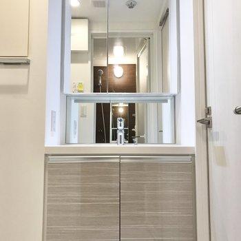 洗面台は鏡裏にすっきり収納出来ます。※写真は1階の同間取り別部屋のものです