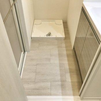 サニタリーへ。床はサンドカラーのタイル調です。※写真は1階の同間取り別部屋のものです