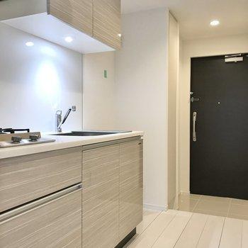 キッチンは収納が上下にあります。※写真は1階の同間取り別部屋のものです
