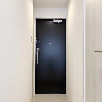 清潔感のある廊下です。※写真は4階の同間取り別部屋のものです