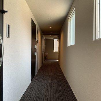 玄関前の通路、まるでホテルの様です。