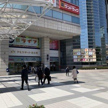 駅前にはスーパーがありました。