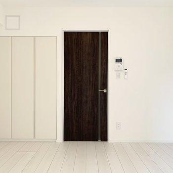 ダークブラウンのドアがお部屋のワンポイント。