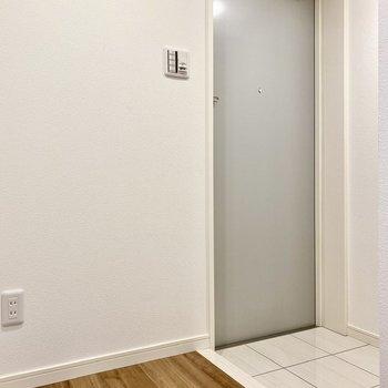 玄関。シンプルゆえの美しさ。空間の余白に味を感じます。