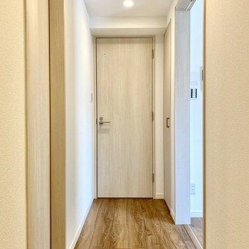 廊下。お手洗いと脱衣所に続いています。