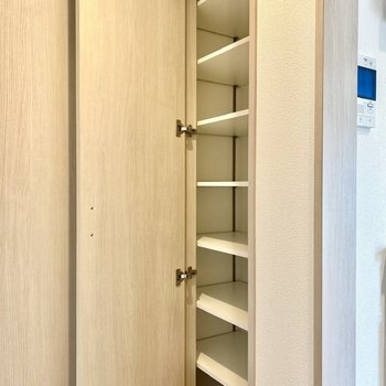 扉手前に収納スペースが。ちょっとした工具や日用品はこちらに入りますね。