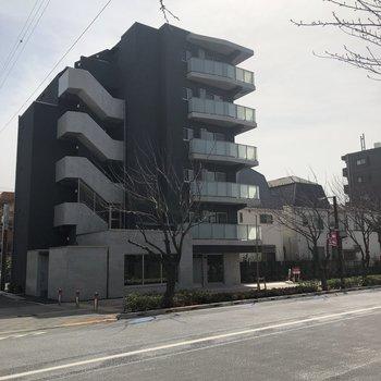 モダンな外観の建物が目印。
