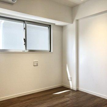 【洋室】テレビは写真右の壁沿いに。