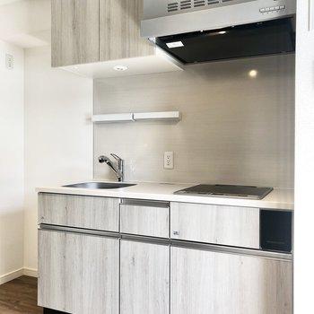 【DK】キッチンは白に木目の入ったおしゃれなデザイン。