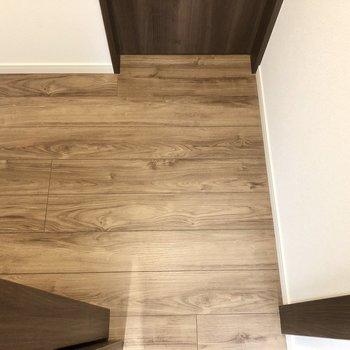 【洋室】写真上のドアを開けると玄関に繋がっています。