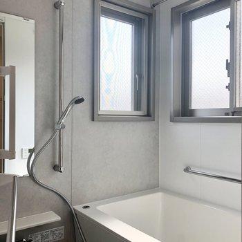 お風呂には窓が2つ。朝風呂したくなりますね。