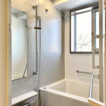 浴室には珍しいスライド式の小窓。バルコニーに面していますよ。
