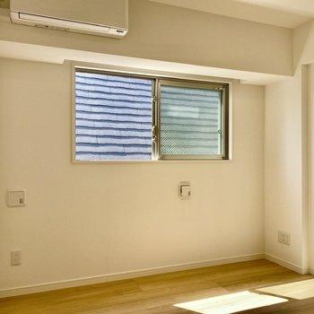 【洋室】こちらも窓があり、明るい空間。