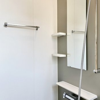 タオル掛けと鏡横にラックが付いていますね。
