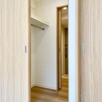 【洋室】廊下につながっていますよ。帰宅後さっと上着をかけられますね。