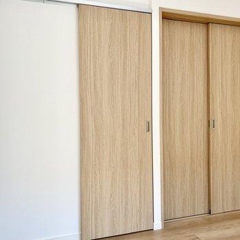 【洋室】左の扉はウォークインクローゼット。