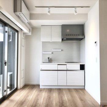 真っ白でさっぱりしたキッチン。