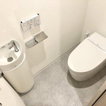トイレにはミニ洗面台。すぐに手が洗えて便利です。